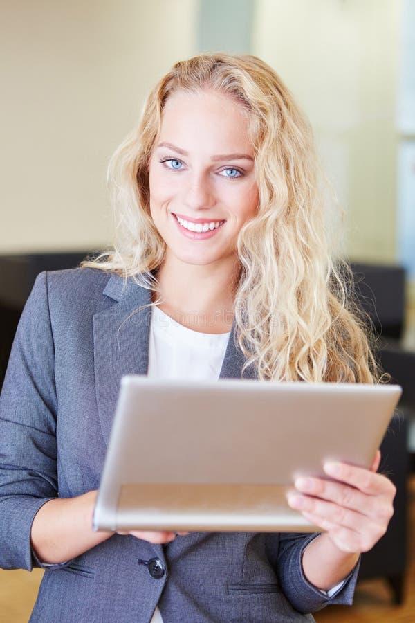 Mulher de negócios bem sucedida com tablet pc fotos de stock