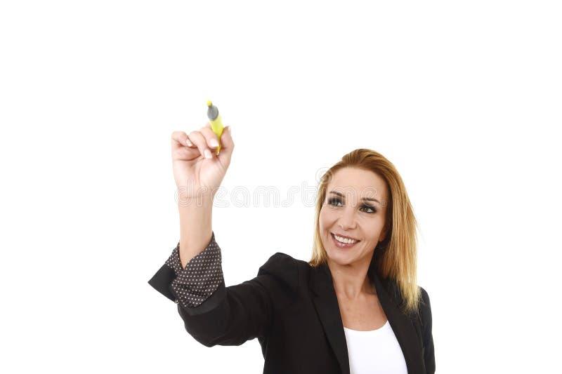 Mulher de negócios bem sucedida loura atrativa que guarda a escrita do marcador na placa transparente imagens de stock