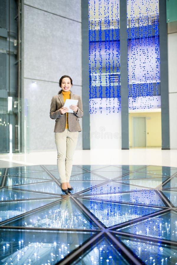 Mulher de negócios bem sucedida no salão contemporâneo do escritório imagens de stock