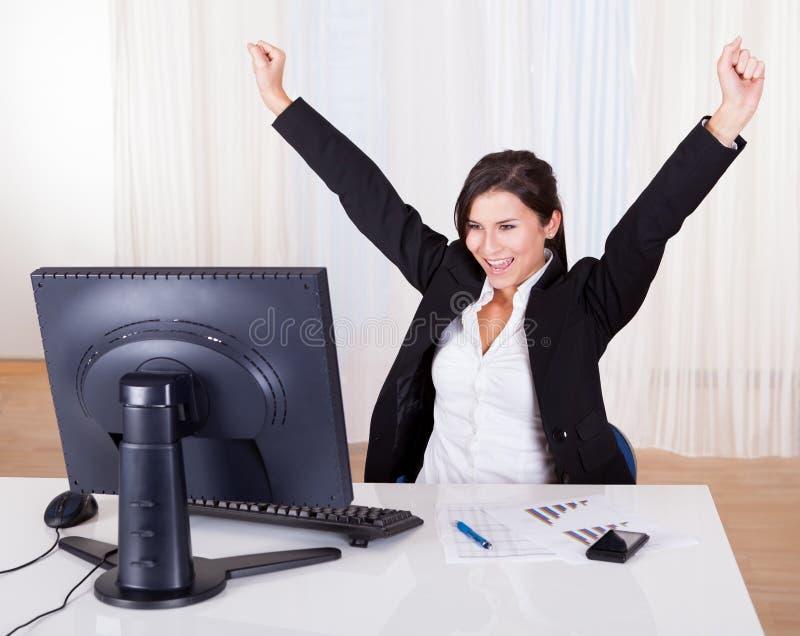 Mulher de negócios bem sucedida que comemora imagens de stock royalty free