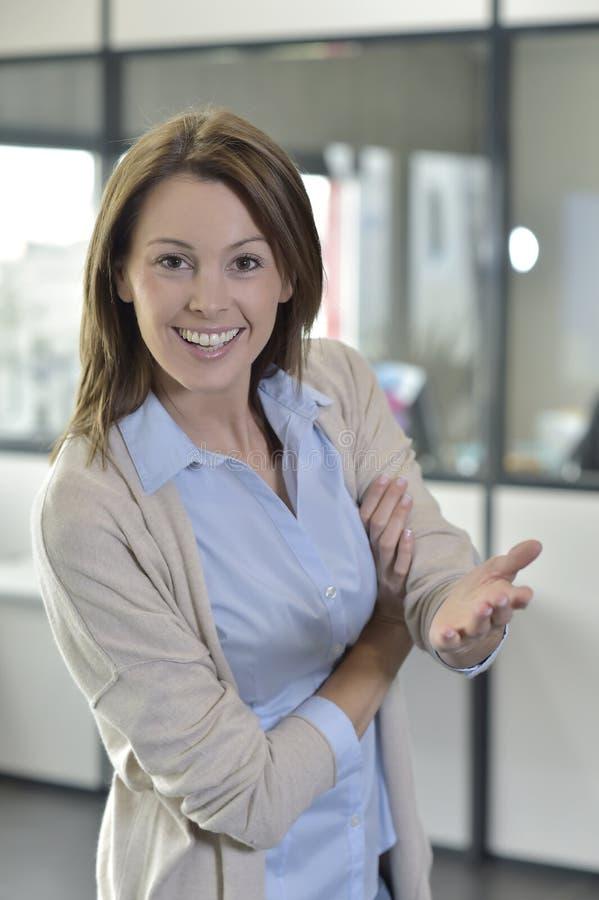 Mulher de negócios bem sucedida que faz a apresentação aos colegas de trabalho imagem de stock