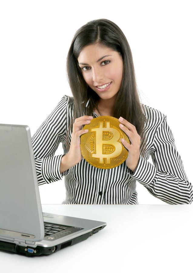 Mulher de negócios de Bitcoin que guarda a moeda das mãos foto de stock royalty free
