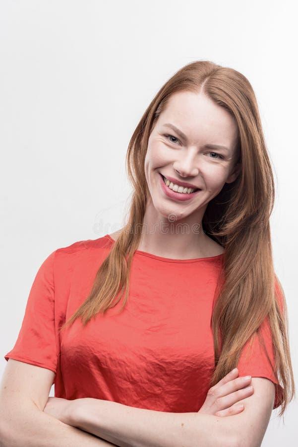 Mulher de negócios bonita agradável que sente bem sucedida após o trabalho imagens de stock