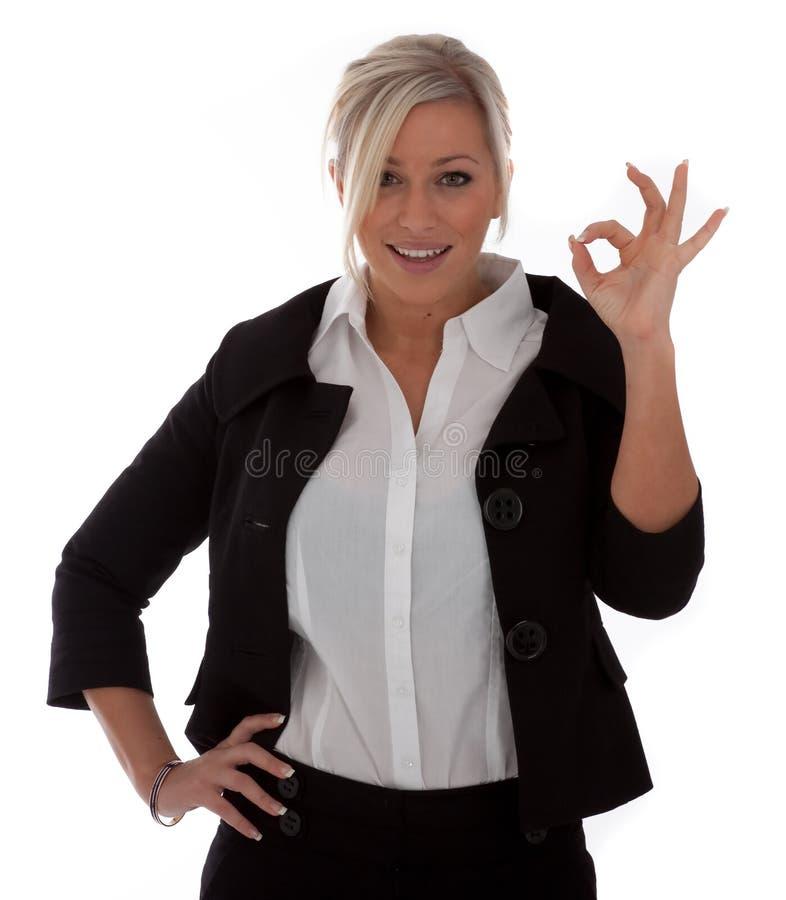 A mulher de negócios bonita dá o sinal aprovado fotos de stock royalty free