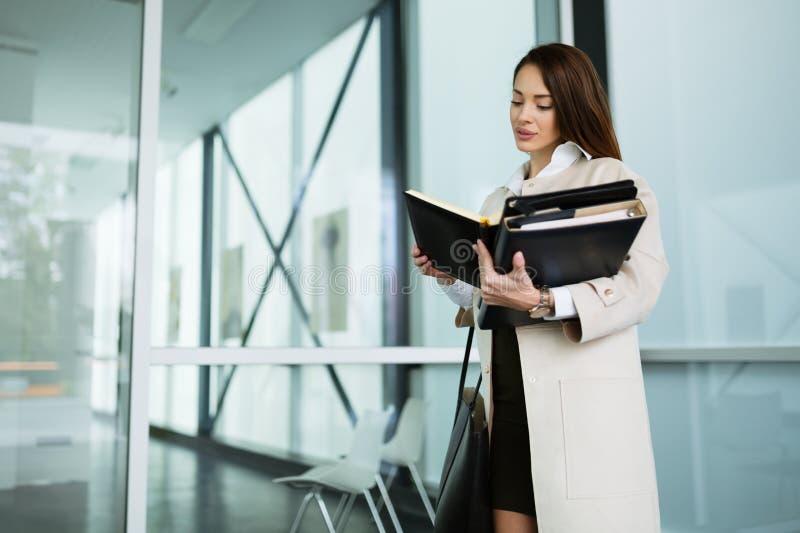 Mulher de negócios bonita no escritório moderno fotografia de stock