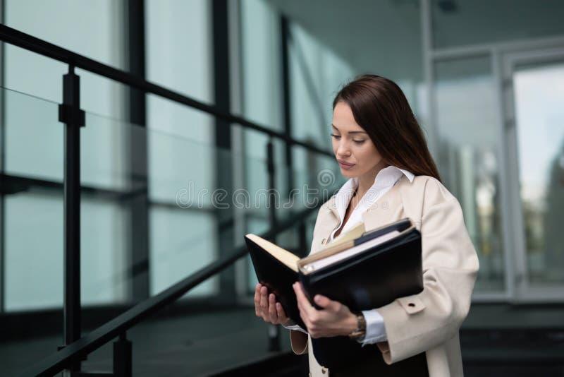 Mulher de negócios bonita no escritório moderno imagens de stock