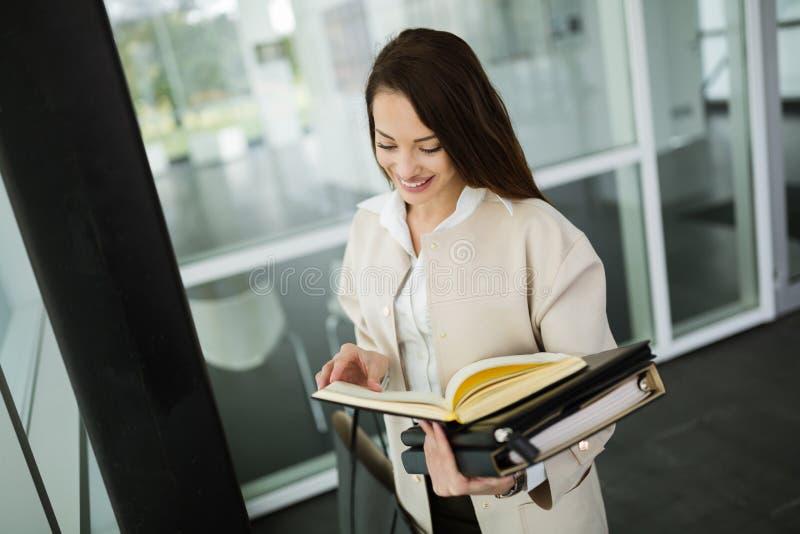 Mulher de negócios bonita no escritório moderno fotos de stock