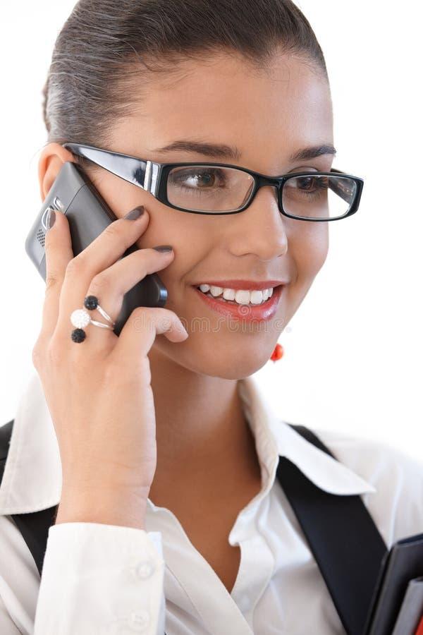 Mulher de negócios bonita no sorriso do telefone móvel fotografia de stock royalty free