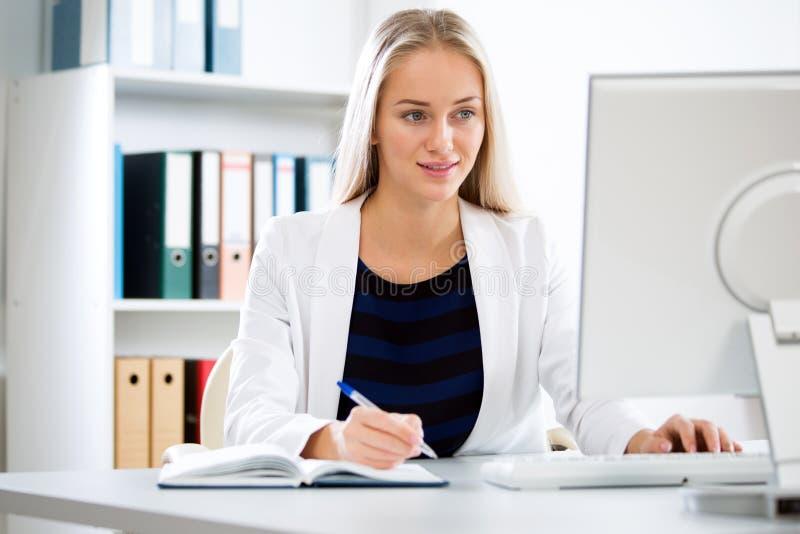 Mulher de negócios bonita nova com computador foto de stock royalty free