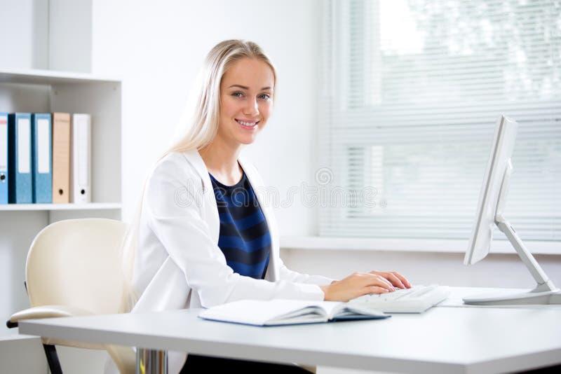 Mulher de negócios bonita nova com computador imagens de stock royalty free