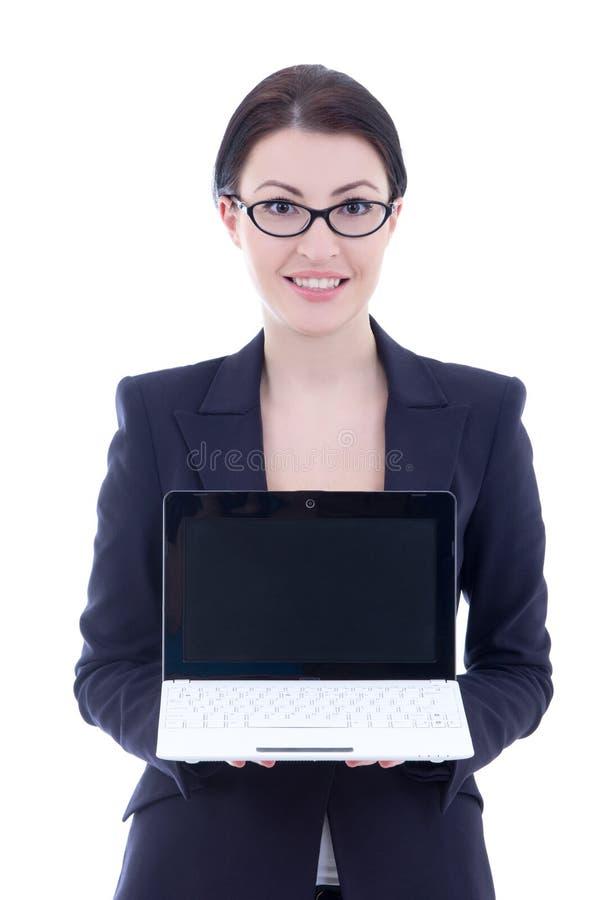 Mulher de negócios bonita nova que mostra o portátil com isolador do copyspace imagem de stock royalty free