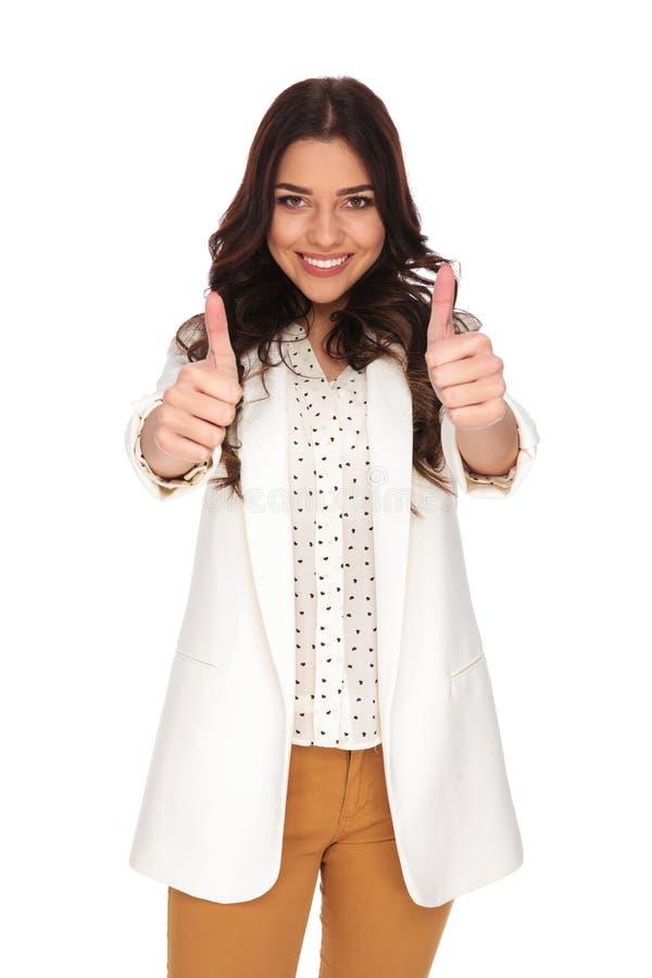 Mulher de negócios bonita que faz o sinal aprovado ao sorrir imagens de stock
