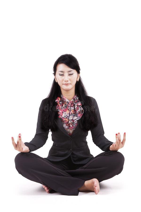 Mulher de negócios bonita que medita sobre o estúdio foto de stock royalty free