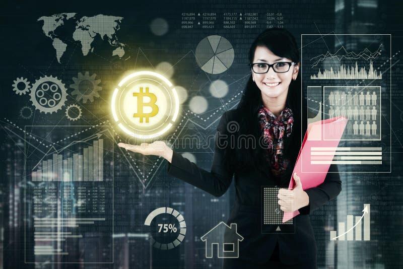 Mulher de negócios bonita que mostra o bitcoin foto de stock royalty free
