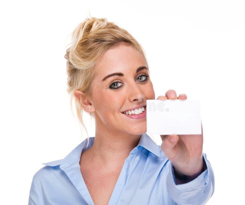 Mulher de negócios bonita que mostra o cartão branco em branco fotografia de stock royalty free