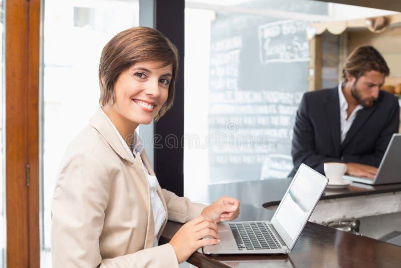 Mulher de negócios bonita que trabalha em sua ruptura no portátil imagem de stock royalty free