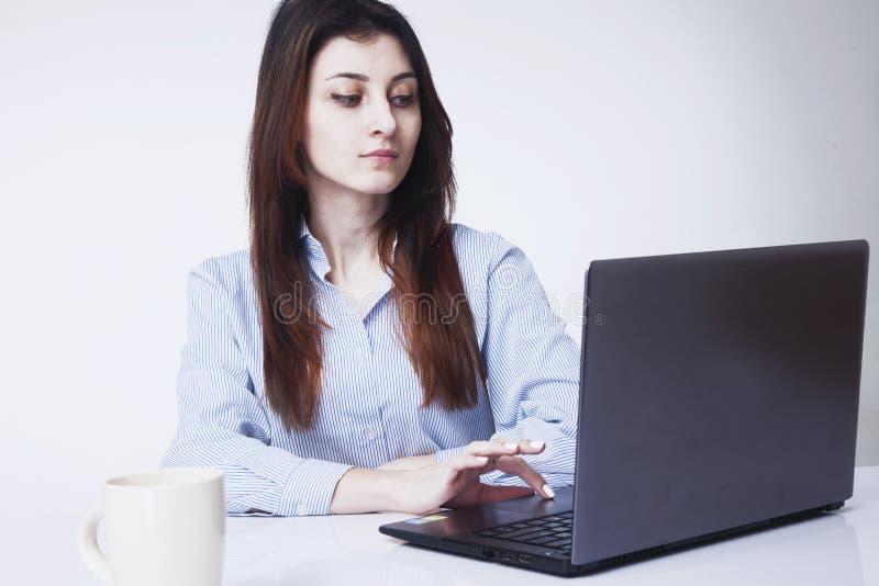 Mulher de negócios bonita que trabalha em um computador no local de trabalho imagem de stock royalty free