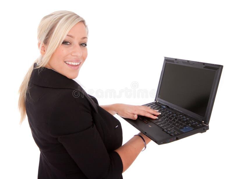 A mulher de negócios bonita usa o portátil e o Internet imagens de stock royalty free