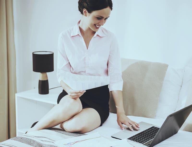 Mulher de negócios bonito esperta Working com seu portátil fotos de stock royalty free