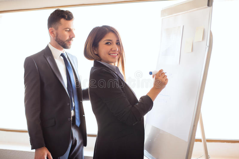 Mulher de negócios bonito que prepara uma apresentação fotos de stock royalty free