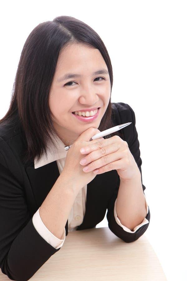 A mulher de negócios bonito (senhora do escritório) sorri com pena imagens de stock