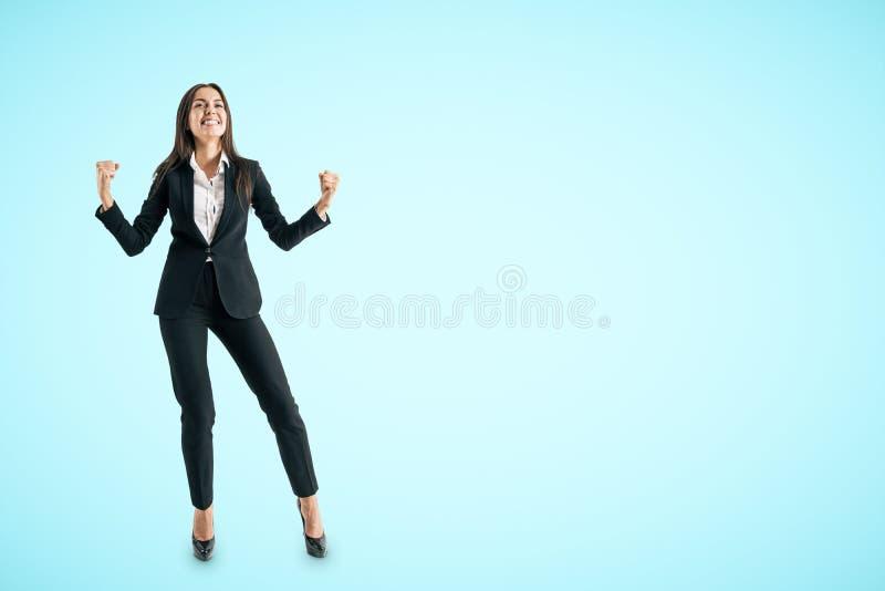 Mulher de negócios branca nova que comemora o sucesso fotos de stock royalty free