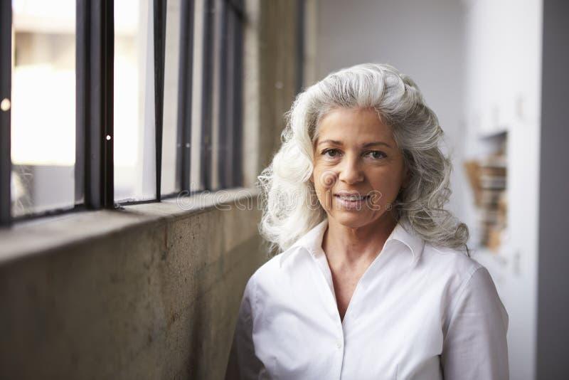 Mulher de negócios branca superior na camisa branca, retrato imagem de stock royalty free