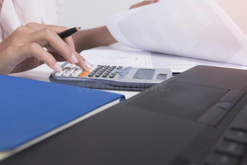 A mulher de negócios calcula sobre o custo e fazendo o escritório da finança em casa, os gerentes da finança encarregam-se, negóc imagem de stock royalty free