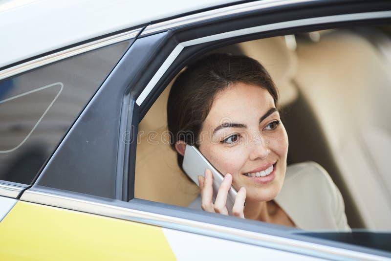 Mulher de negócios Calling do táxi fotografia de stock royalty free