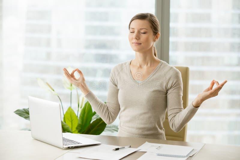 Mulher de negócios calma que relaxa com ginástica da respiração fotos de stock