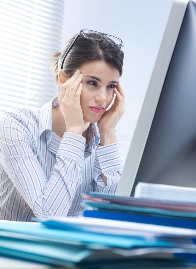 Mulher de negócios cansado com dor de cabeça imagem de stock royalty free