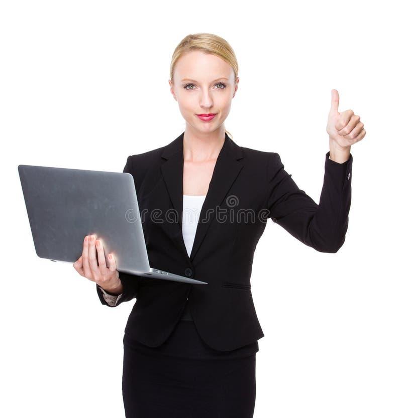 Mulher de negócios caucasiano com portátil e polegar acima foto de stock royalty free