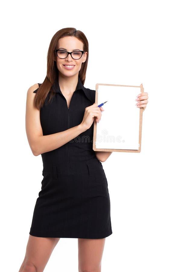 Mulher de negócios caucasiano nova que mantém a prancheta vazia isolada fotos de stock