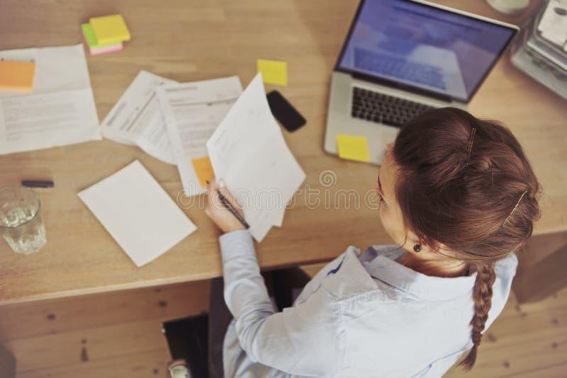 Mulher de negócios caucasiano que trabalha na mesa fotografia de stock royalty free