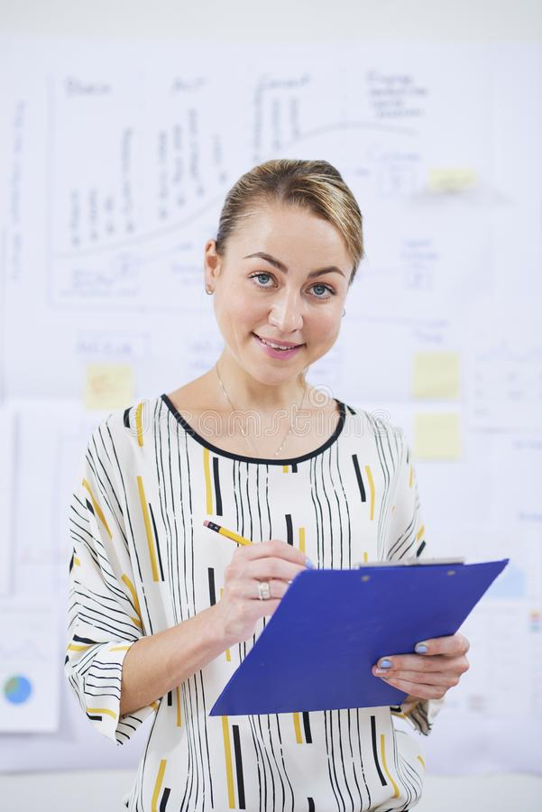Mulher de negócios caucasiano de sorriso fotos de stock royalty free