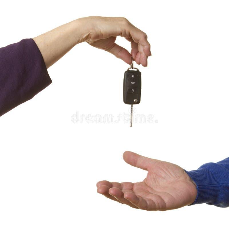A mulher de negócios cede a chave do carro imagem de stock royalty free