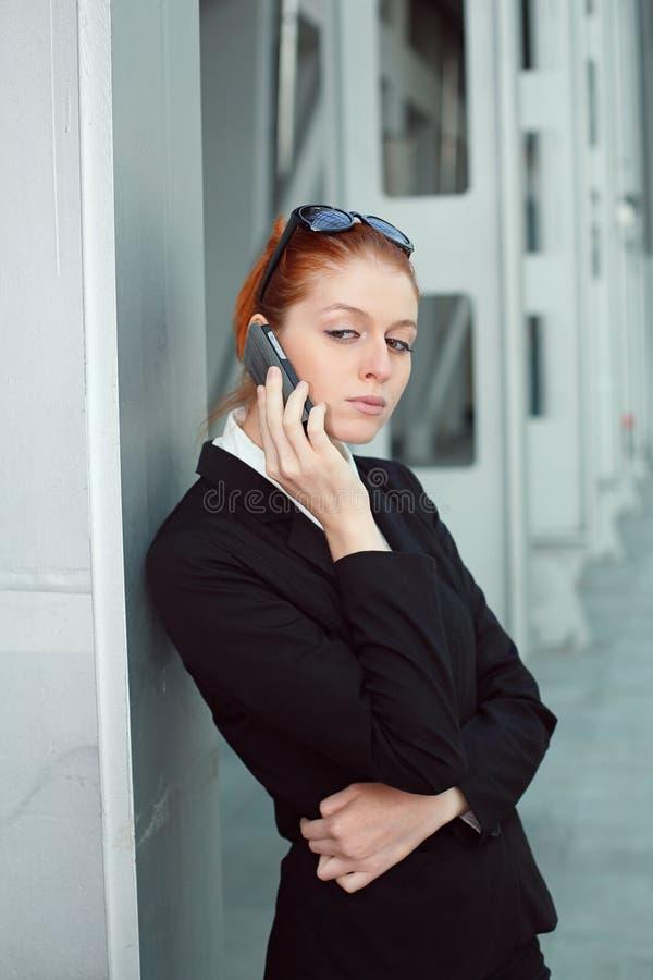 Mulher de negócios centrada sobre a conversação móvel imagens de stock