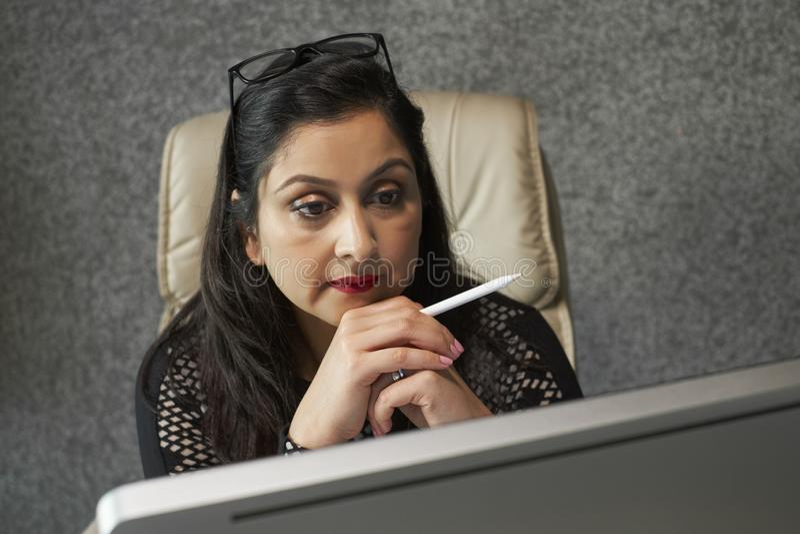 Mulher de negócios centrada sobre o trabalho foto de stock