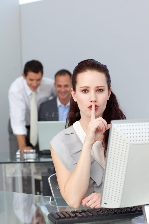 Mulher de negócios Charming que pede o silêncio imagem de stock royalty free