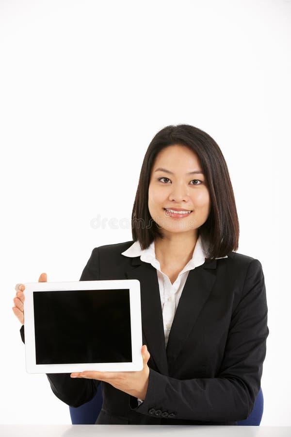 Mulher de negócios chinesa que trabalha no computador da tabuleta imagens de stock