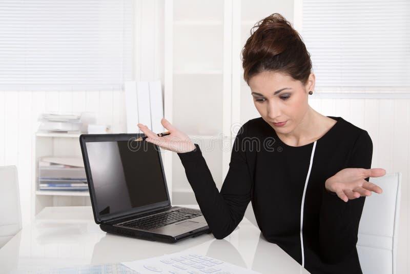 Mulher de negócios chocada sobre custos crescentes. fotografia de stock