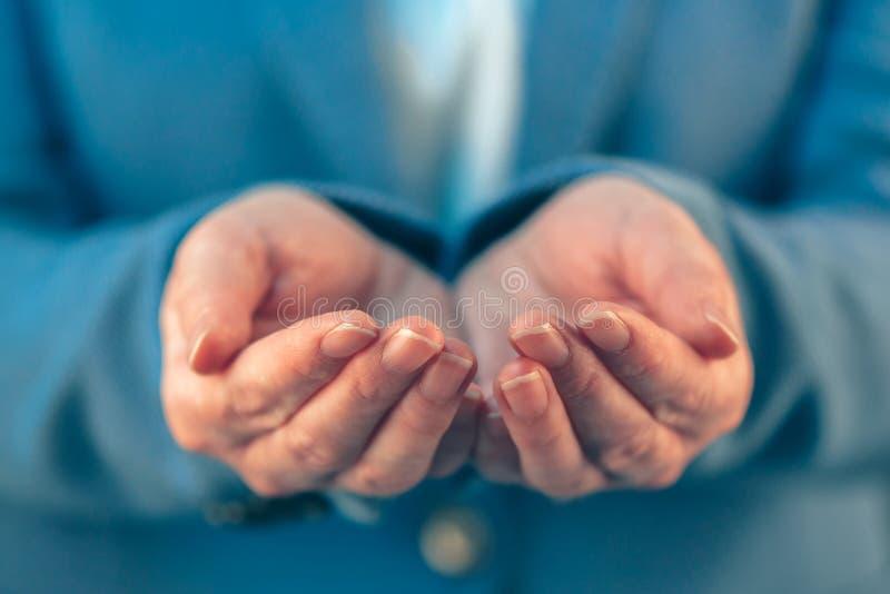 Mulher de negócios com as palmas abertas de suas mãos imagens de stock