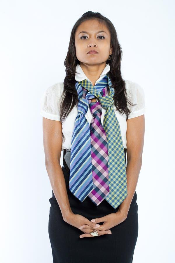 Mulher de negócios com as três multi gravatas coloridas. imagem de stock royalty free