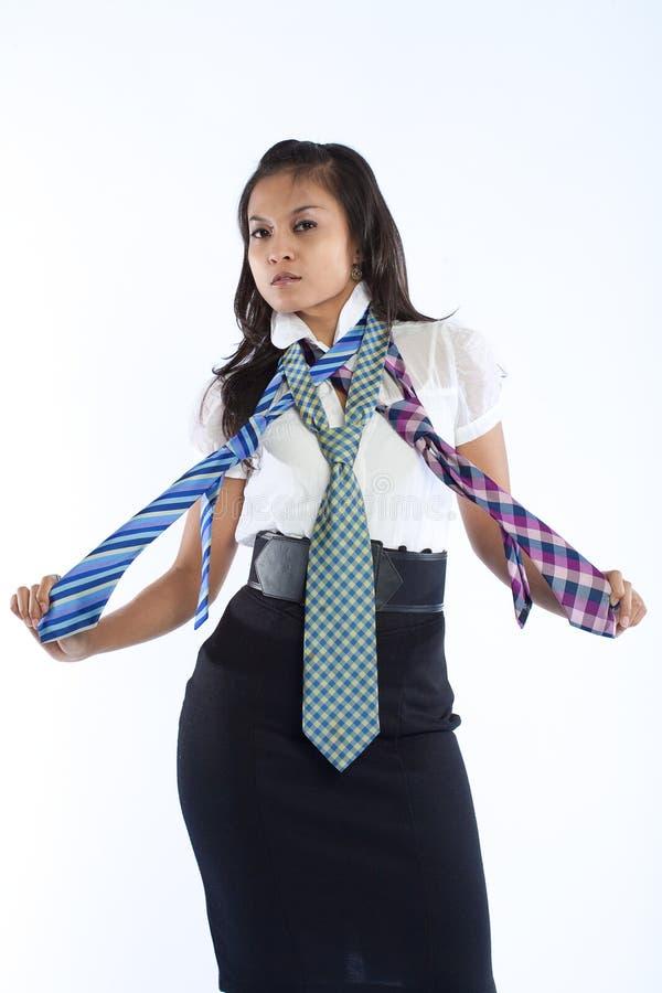 Mulher de negócios com as três multi gravatas coloridas. fotografia de stock royalty free