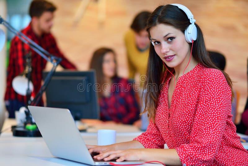 Mulher de negócios com auriculares que sorri na câmera no centro de atendimento fotos de stock