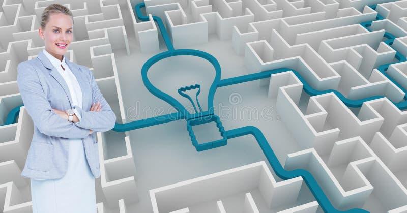 A mulher de negócios com braços cruzou-se contra o bulbo conectado no labirinto imagem de stock