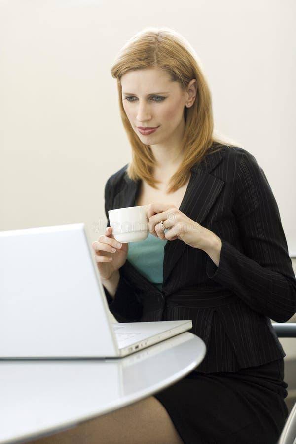 Mulher de negócios com café fotografia de stock royalty free