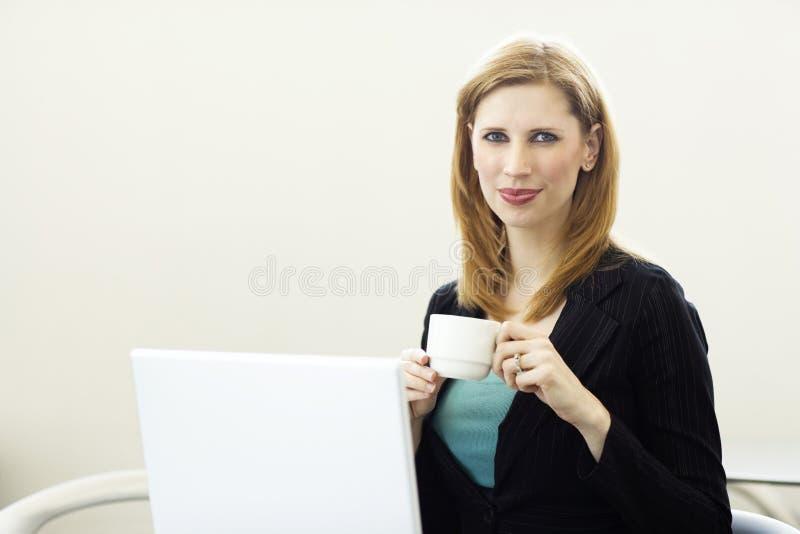 Mulher de negócios com café imagens de stock