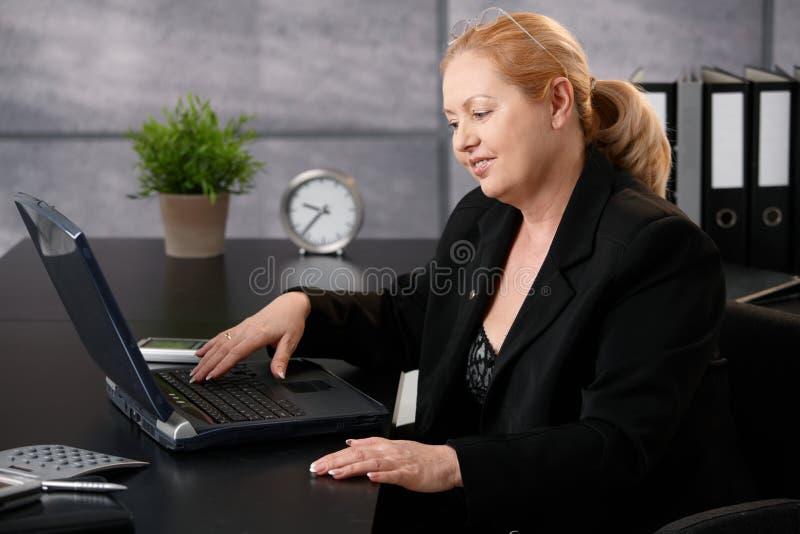 Mulher de negócios com computador fotos de stock royalty free