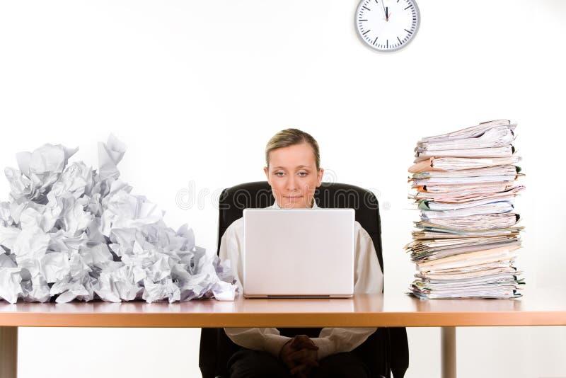 Mulher de negócios com documento fotografia de stock